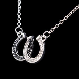 Collier pendentif fer à cheval noir et blanc 2